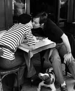 """Particolare da """"Sidewalk Café, Boulevard Diderot"""", Parigi, di Henri Carier-Bresson, 1969."""