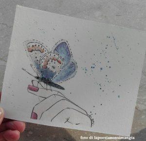 mano con farfalla su mano
